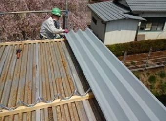 折板屋根のカバー工法の様子