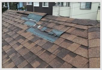 変色して見える部分は屋根材が飛散した箇所