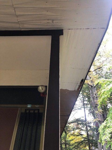 雨漏りでしわになった軒天井