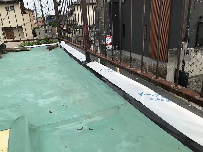 シートの端に防水テープ