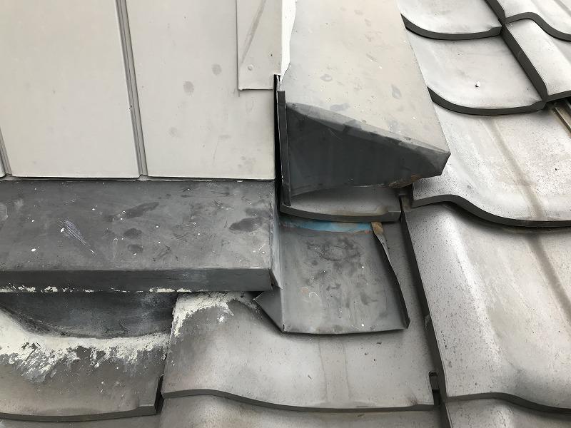 壁際のトタンの板金