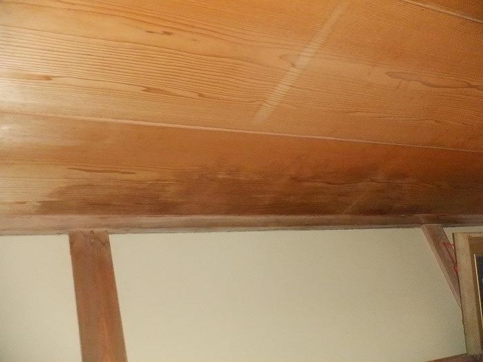 高崎市で天井に雨漏りのシミがあるベランダの手すり壁周辺を調査