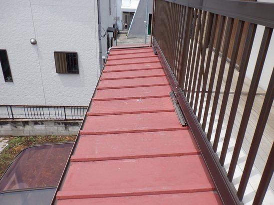 高崎市で雨樋が斜めに曲がって塗装が傷んでいる板金屋根の調査