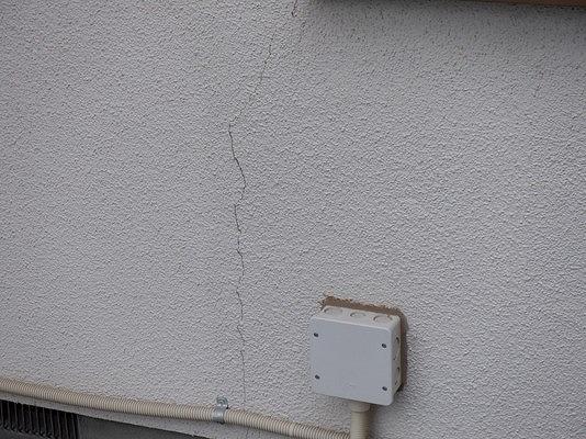 高崎市で窓の周りなどにひびの入った外壁を塗装するための調査