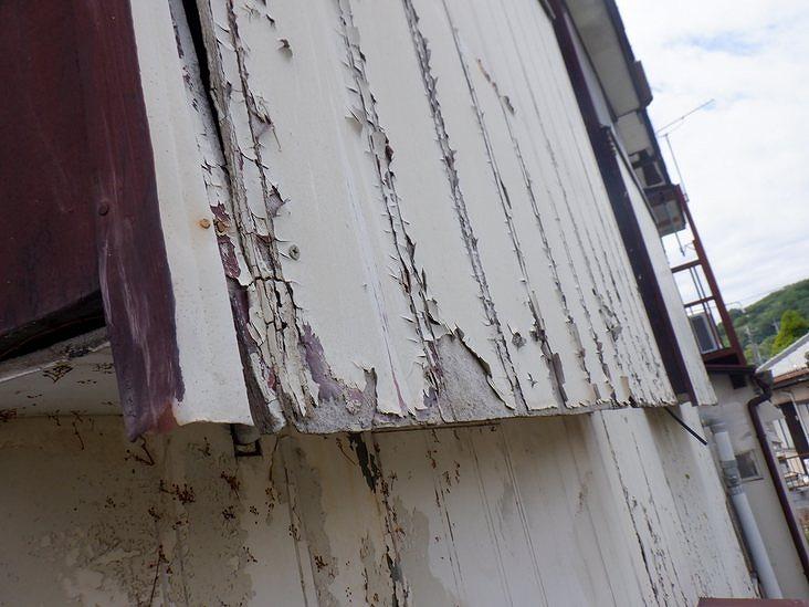 塗装がボロボロの外壁