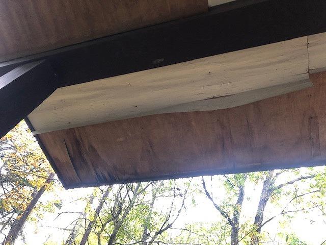 雨漏りによりボロボロのベニヤ板の軒天井