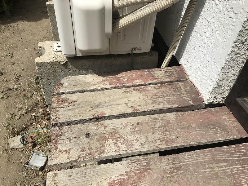 塗装が剥がれた縁側