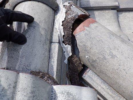 隅棟の冠瓦が劣化した漆喰から抜けている