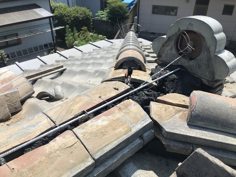 鬼瓦裏の針金と棟金具とステンレスの棒