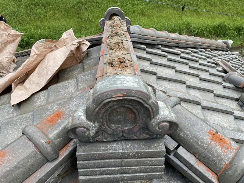 高崎市で日本瓦の棟の瓦を耐震工法で積み直しする工事をしました