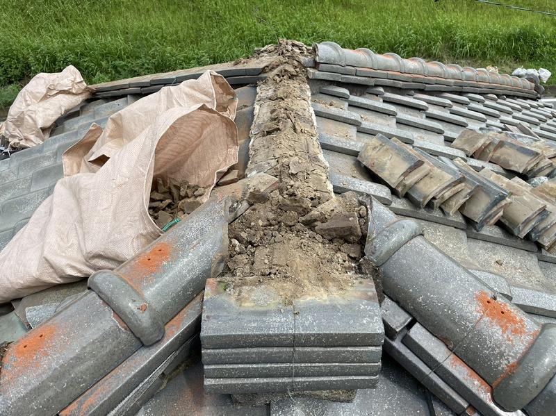 棟瓦の乾いた粘土