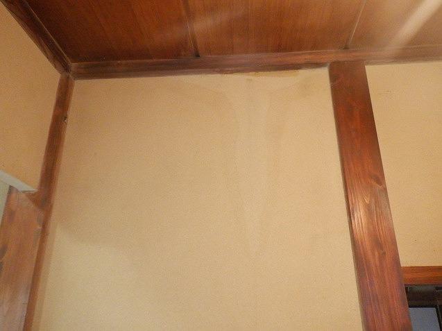 壁に付いた雨漏りのシミ