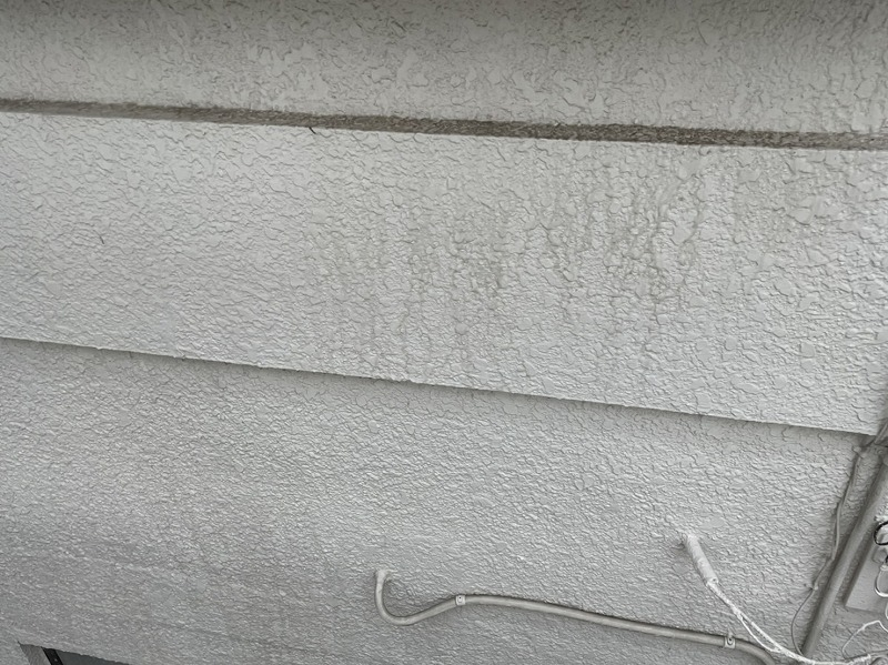 高崎市で外壁塗装するために壁や床や窓周りなど高圧洗浄する作業
