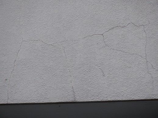 縦横複雑に絡んだ外壁クラック