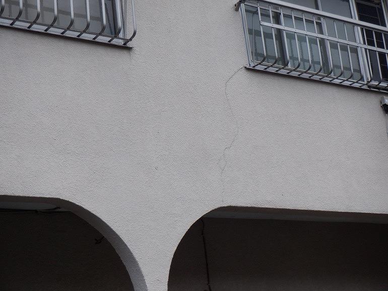窓の左下の外壁のひび割れ