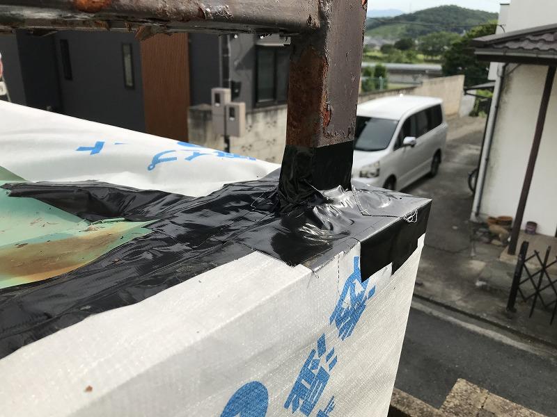 手すりの付け根に防水テープ