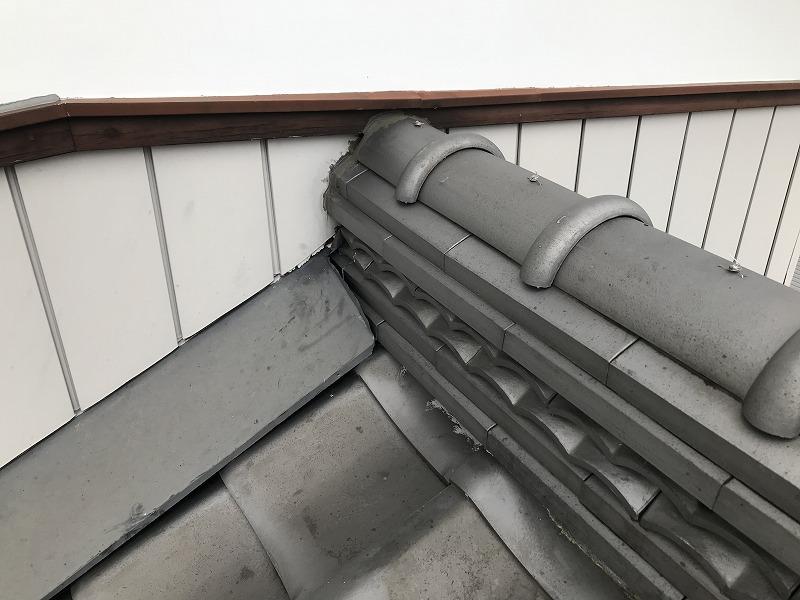 棟瓦と雨押え板金