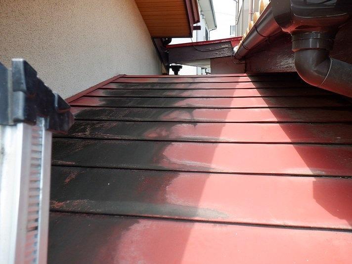 梯子から横葺きの板金屋根を見て