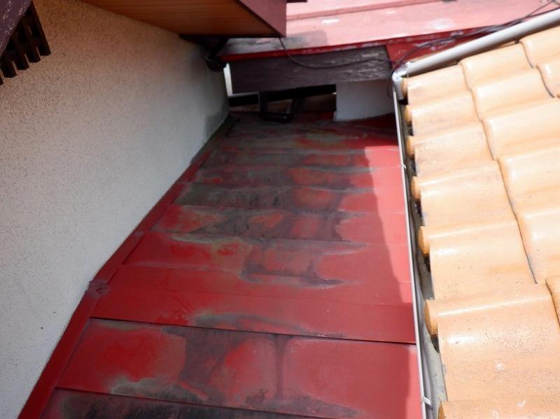 高崎市で雨漏りした所にシーリング剤を塗られた横葺きの板金屋根