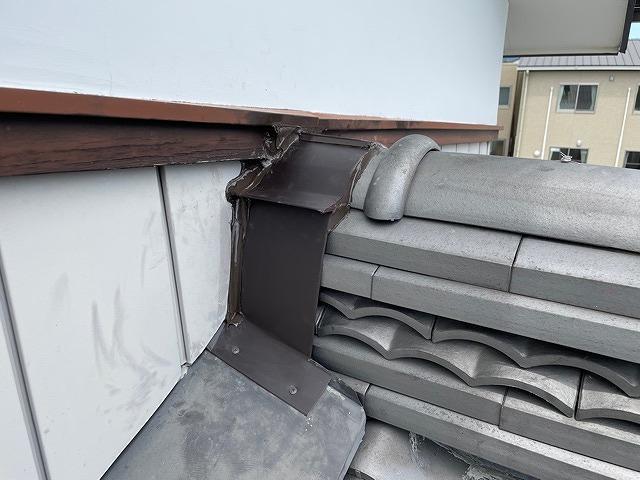 棟瓦と雨押さえ板金と壁とのすき間にシーリング