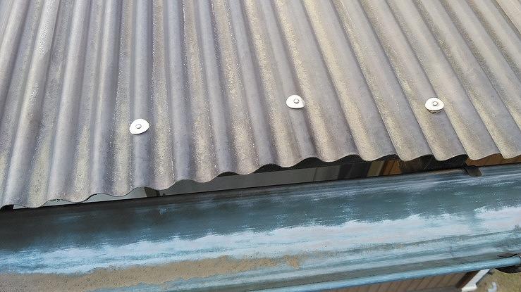 高崎市で木が割れて固定する傘釘が抜けてバタバタ音がする波板