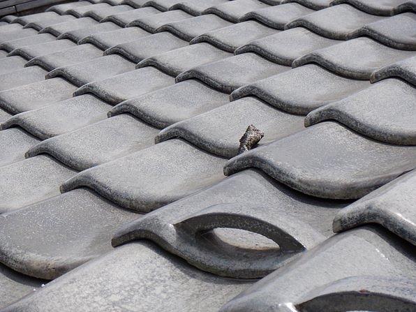 高崎市で棟瓦の漆喰が取れ土が流れ谷板金に穴がある雨漏りの屋根