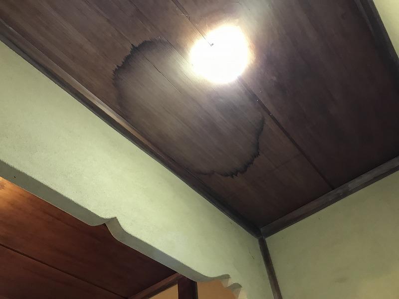 高崎市で天井に雨漏りのシミがある瓦屋根の壁際の板金部分を調査