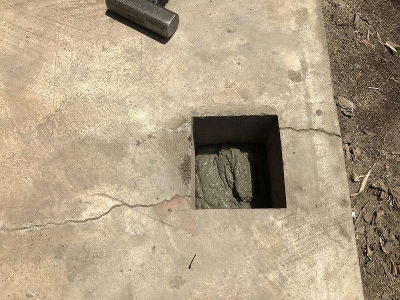 束柱の穴にコンクリ