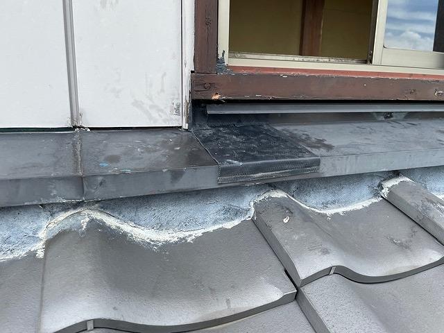 窓枠から水が入らないように水切りシートを加工したところ