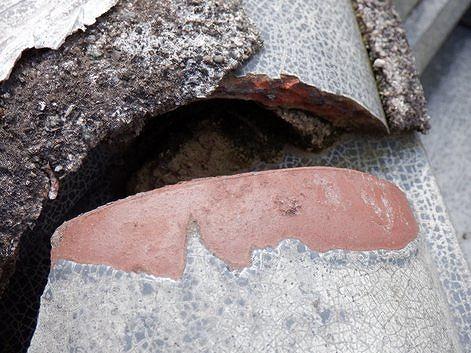 冠瓦の下の粘土