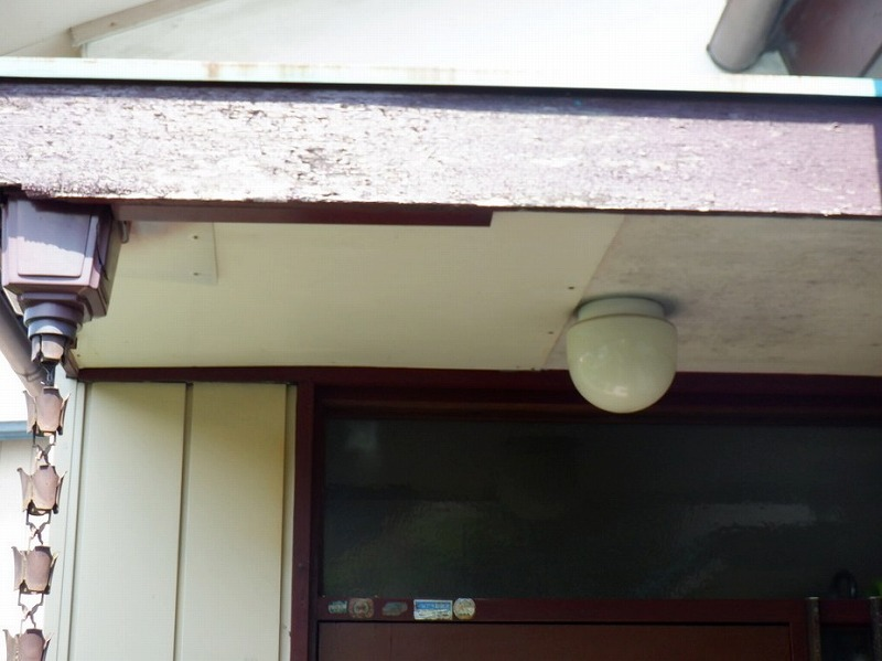 補修されたベニヤ軒天井