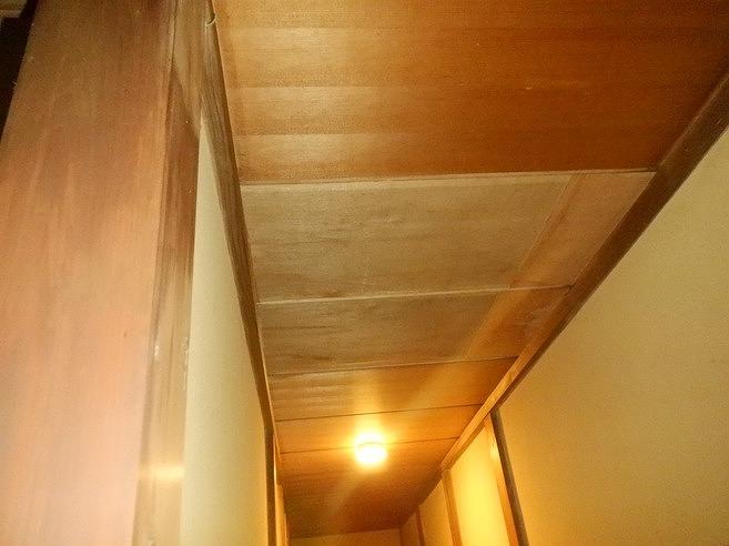 高崎市で雨漏りのため通路の天井が剥がれた原因の窓枠を修理工事