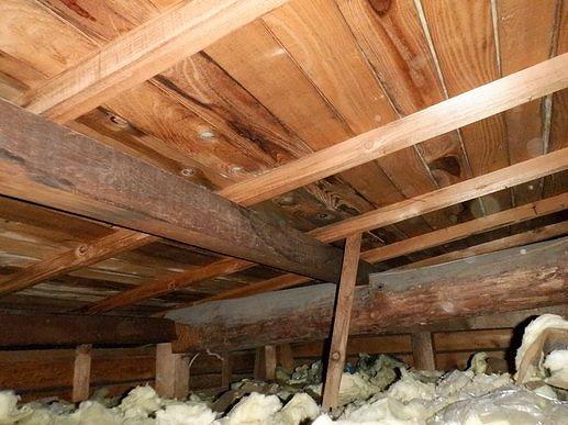 雨漏りのある天井裏