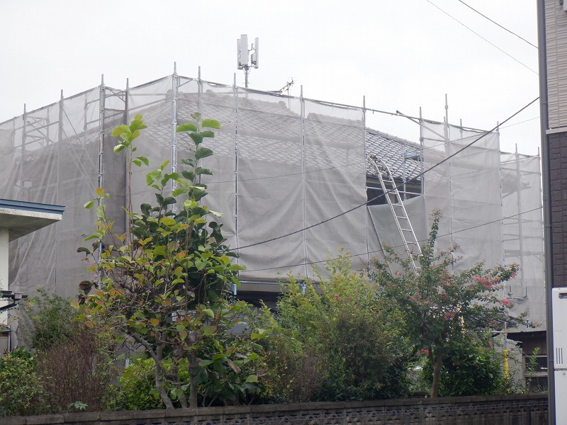 高崎市で突風による風害の保険を使い屋根の瓦を直す工事しました