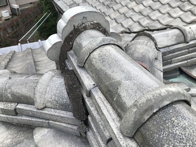 高崎市で漆喰が経年劣化して粘土が流れ出た結果鬼瓦が倒れた棟瓦