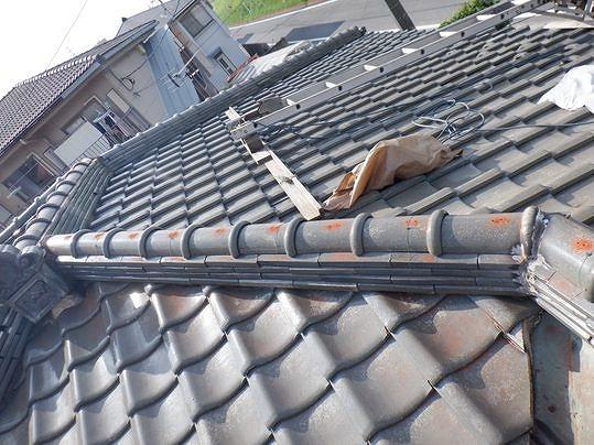 高崎市で棟の瓦を棟金具を使って積み直しする工事をしました