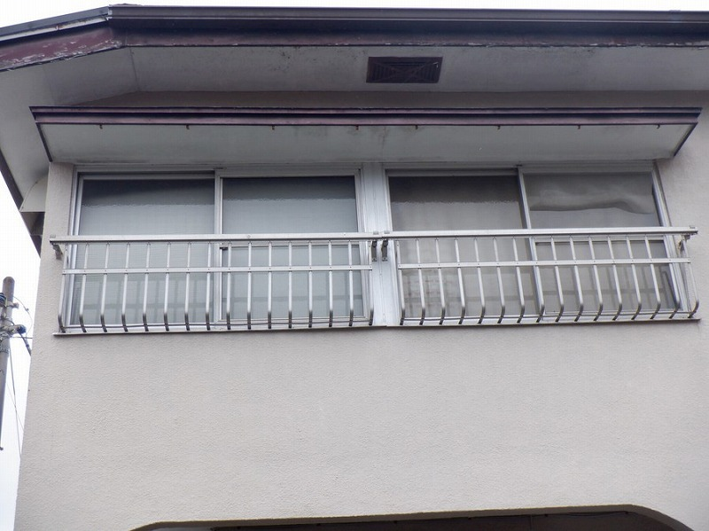 高崎市で屋根の横の木の板の塗装見積もりと表面が傷んだ軒天井