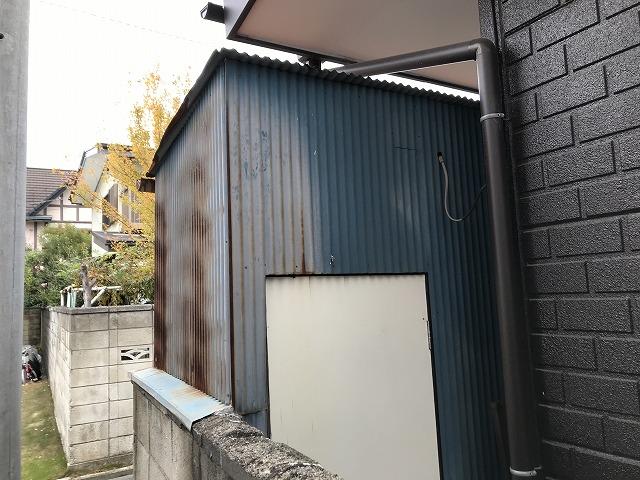 トタン波板の物置の白いドア