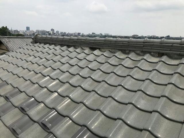 大棟の漆喰の欠けているところ屋根の上から