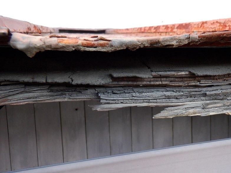 玄関庇のボロボロの防水シート