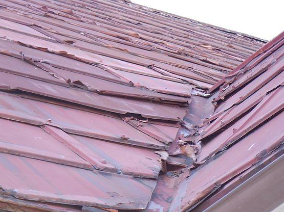 屋根の谷とトタン屋根の浮き