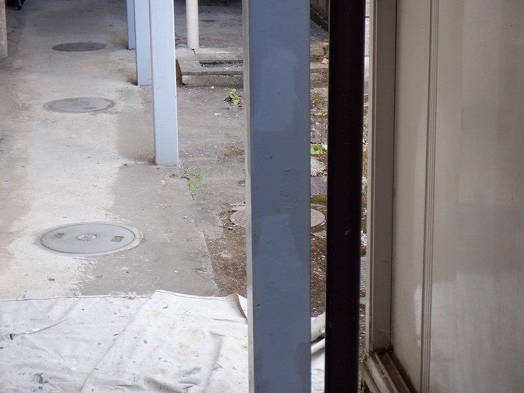 アパートの鉄骨の支柱に錆止め