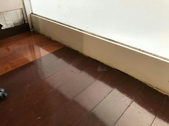 店舗の床の上の雨漏り