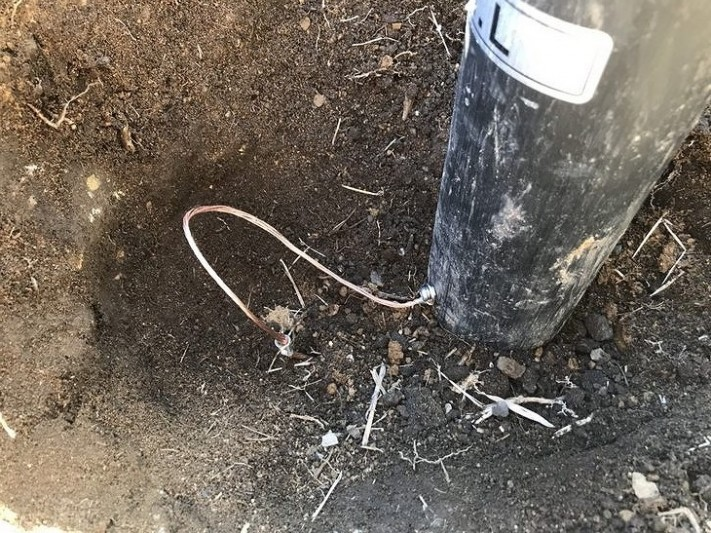 電柱からのアースを設置