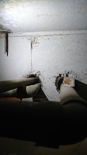 内側から見た壁を貫通した配管のすき間