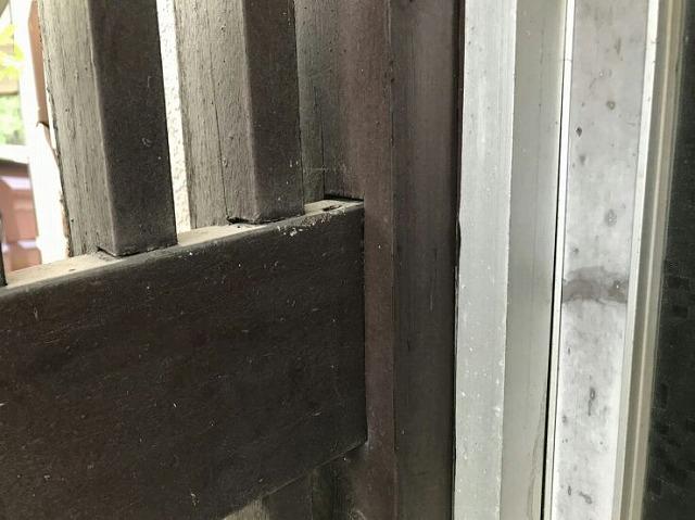 横の柱が斜めに下がって隙間ができているところ