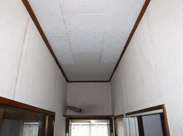 トイレの隣の通路の天井張り替えた跡