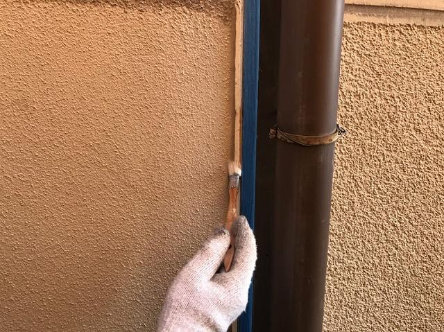 柱の左側にコーキング剤のプライマーを塗っているところ