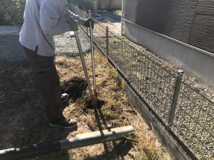電柱を建てるところを穴掘り器を使って穴開け