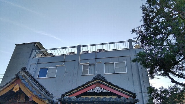 3階建ての建物東側上部